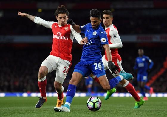 Riyad Mahrez (giữa) đang được kỳ vọng sẽ chuyển sang khoác áo Arsenal