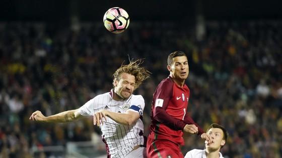 Ronaldo (phải) sẽ đưa Bồ Đào Nha đến chiến thắng trước Latvia
