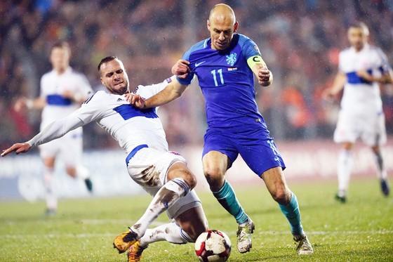 Hà Lan (phải) cần một chiến thắng 3 điểm để nuôi hy vọng đi tiếp tại bảng A