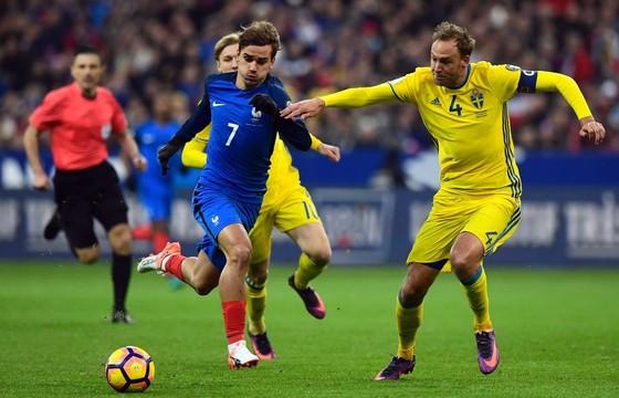 Pháp (trái) cần vượt qua Thụy Điển để xây chắc ngôi đầu bảng A