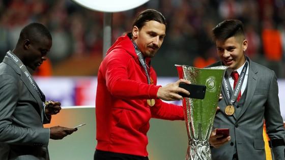 Zlatan Ibrahimovic mừng chức vô địch Europa League