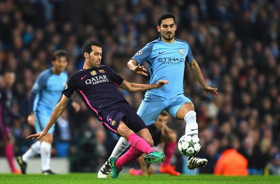 Ilkay Gundogan (phải) đã tạo được dấu ấn rất lớn trong trận thắng Barcelona