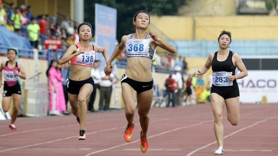 VĐV Lê Tú Chinh (giữa) được kỳ vọng ở các cự ly ngắn nữ