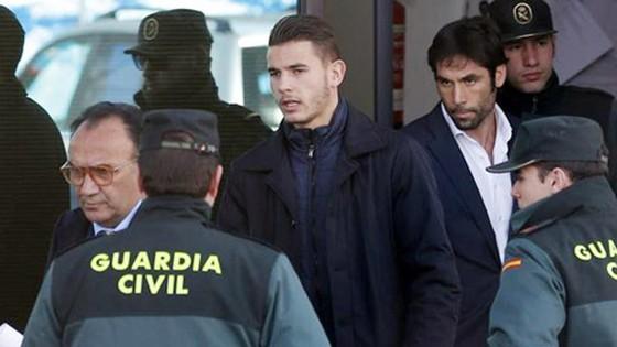 Lucas Hernandez (giữa) bị bắt tại sân bay