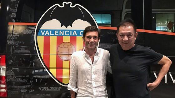 Marcelino (trái) gặp gỡ ông chủ Peter Lim ở Singapore