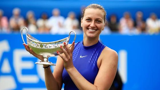 Petra Kvitova tươi cười với chiếc cúp vô địch đầu tiên kể từ khi bị chấn thương