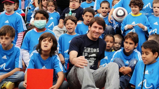 Messi trong một sự kiện của Messi Foundation