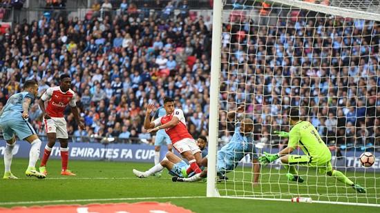 Alexis Sanchez (áo đỏ, bên phải) ghi bàn thắng quý giá vào lưới Man.City, đưa Arsenal tiến vào trận chung kết Cúp FA 2017. Ảnh: Dailymail