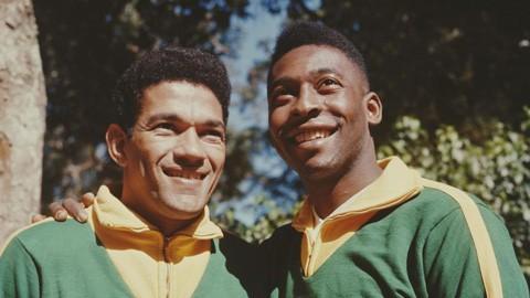 Garrincha (trái) và Vua bóng đá Pele.