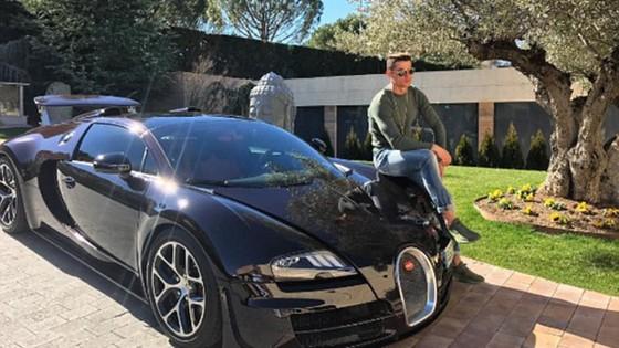 Ronaldo và chiếc Bugatti Veyron của mình.