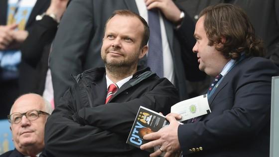Ed Woodward (giữa) đang khiến HLV Mourinho và người hâm mộ lo lắng.