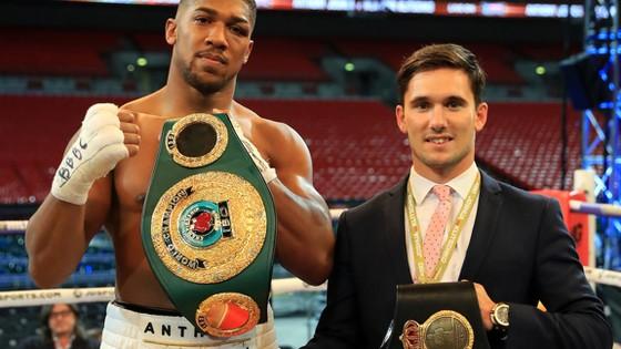 Anthony Joshua (trái) luôn tôn trọng Vladimir Klitschko.