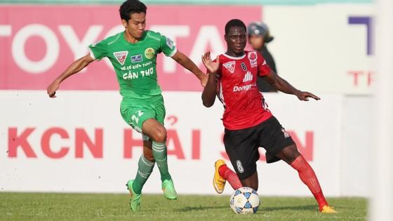 Năm 2015, ĐTLA không phát hiện cầu thủ Souleymane (phải) bệnh tim và vẫn ra sân nhưng năm 2016 chuyển nhượng cho Đà Nẵng thì CLB kết luận cầu thủ này bị bệnh tim.