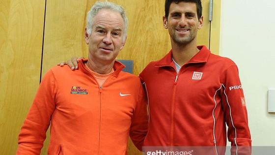 John McEnroe (trái)và Novak Djokovic.