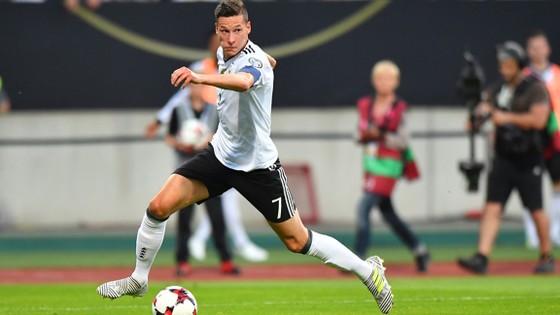 Julian Draxler với chiếc băng đội trưởng là niềm hy vọng lớn nhất giúp tuyển Đức thành công
