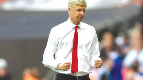 HLV Wenger vẫn khát khao làm việc, nhưng làm như thế nào thì… vẫn chưa biết.