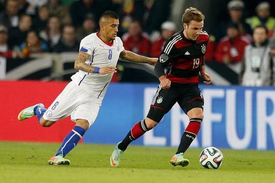 Arturo Vidal (trái, Chilê) bám theo Mario Goetze (Đức).