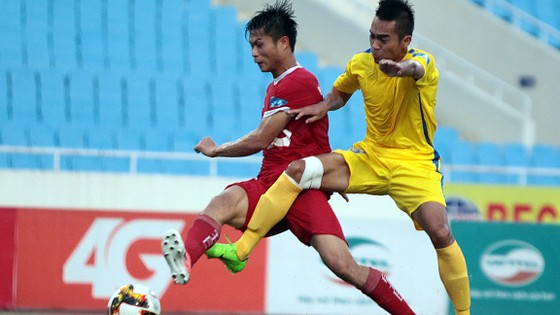 Nam Định (phải) tiếp tục dẫn đầu bảng với 17 điểm. Ảnh: Minh Hoàng