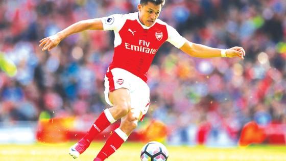 Alexis Sanchez vẫn đang chờ Arsenal có câu trả lời về tương lai.