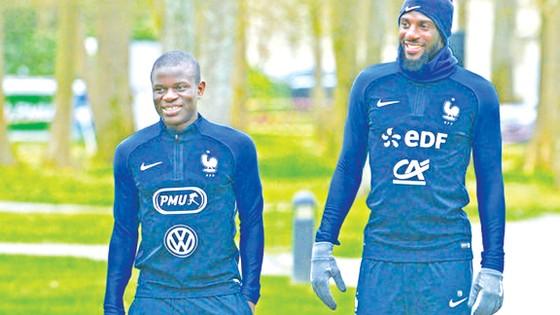 Bakayoko (phải) và N'Golo Kante trên sân tập của Chelsea.