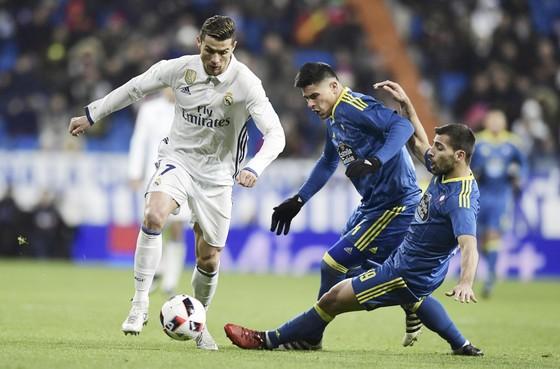 Ronaldo (trái) đi bóng trước hàng thủ Celta Vigo.