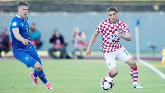 Croatia (phải) đã thất bại trước Iceland.