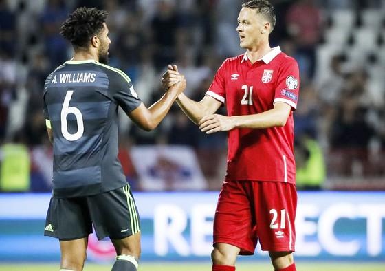 Serbia (phải) vẫn bất bại khi đối đầu với xứ Wales.
