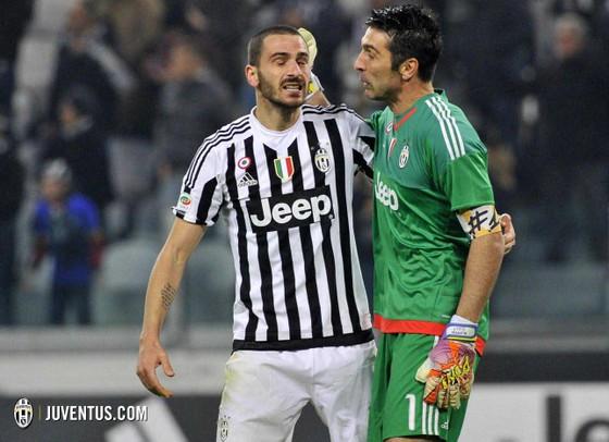 Chỉ mỗi mình Gigi Buffon nói lời tiễn biệt Bonucci (trái).