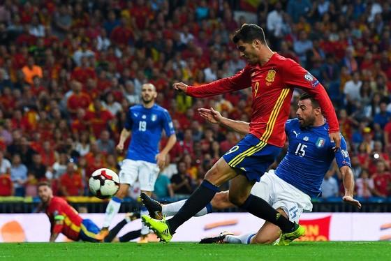 Alvaro Morata ghi bàn vào lưới Italia.