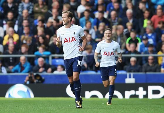 Harry Kane vui mừng khi chạm cột mốc 100 bàn. Ảnh: Getty Images