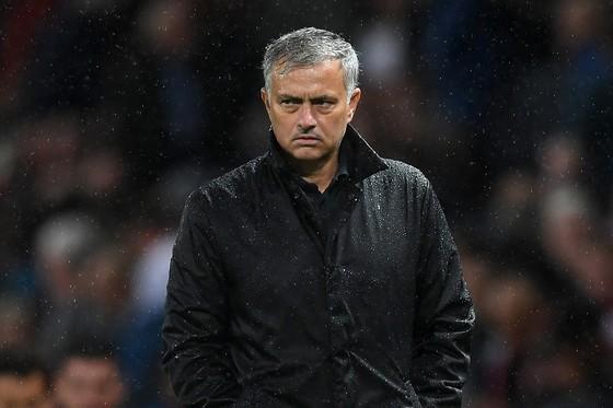Vẻ mặt không hài lòng của Mourinho dù Man.United thắng lớn. Ảnh: Getty Images
