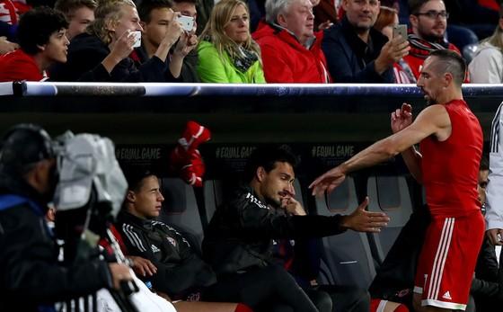 Franck Ribery (bìa phải) ném chiếc áo lên băng ghế dự bị sau khi phải rời sân để nhường chỗ cho Thomas Mueller trong trận đấu với Anderlecht. Ảnh: Getty Images