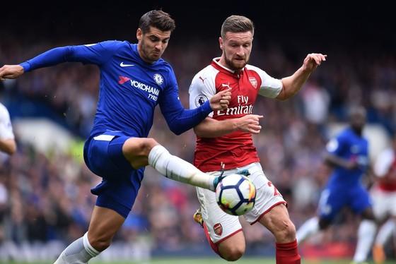 Alvaro Morata (trái, Chelsea) trong sự kềm tỏa của Shkodran Mustafi (Arsenal). Ảnh: Getty Images