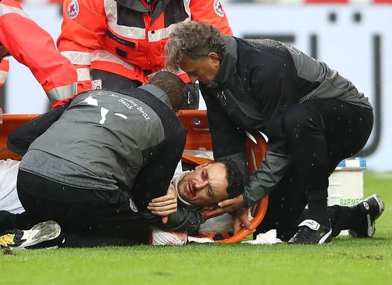 Christian Gentner đang được bác sĩ cấp cứu trên sân cỏ sau pha va chạm kinh hoàng với thủ môn Koen Casteels của Wolfsburg. Ảnh: Getty Images