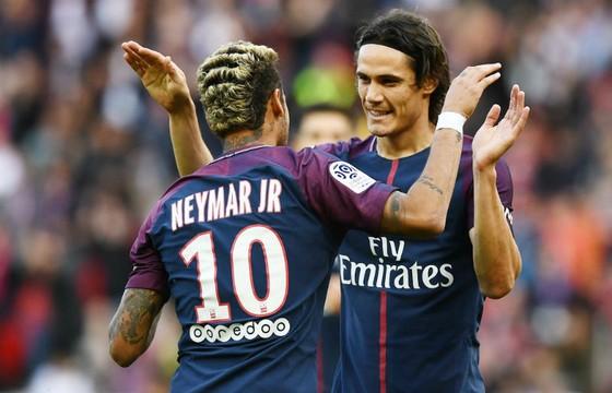 Neymar và Cavani luân phiên đá phạt phạt đền