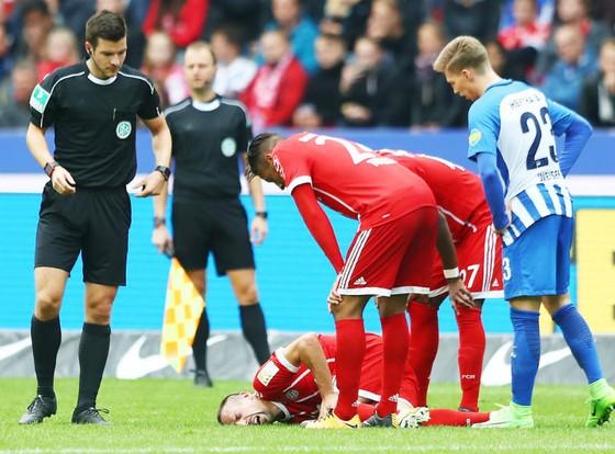Franck Ribery ngã vật xuống sân cỏ sau khi dính chấn thương đầu gối trong trận đấu với Hertha Berlin. Ảnh: Getty Images