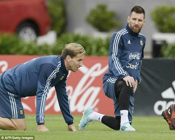 Lionel Messi đang tập trung trên sân tập. Ảnh: Getty Images