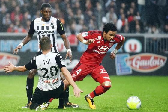 Lyon (phải) sẽ trở lại thành một thế lực đáng gờm ở Ligue 1 dưới sự điều hành của Chủ tịch Jean-Michel Aulas. Ảnh: Getty Images