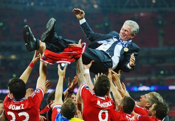 HLV Jupp Heynckes được các cầu thủ Bayern Munich tôn vinh sau khi đăng quang ở Champions League vào năm 2013. Ảnh: Getty Images