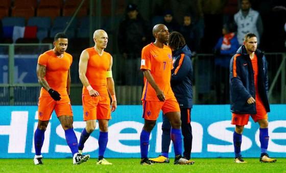 Dù thắng, các cầu thủ Hà Lan vẫn không thể vui trước cánh cửa đến Nga đã thật sự khép lại. Ảnh: Getty Images
