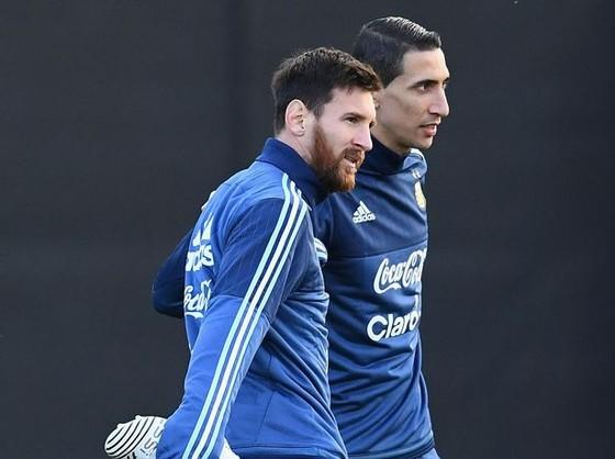 HLV Jorge Sampaoli hy vọng Angel Di Maria (phải) sẽ hợp cùng Lionel Messi để giúp Argentina vượt khó. Ảnh: Getty Images