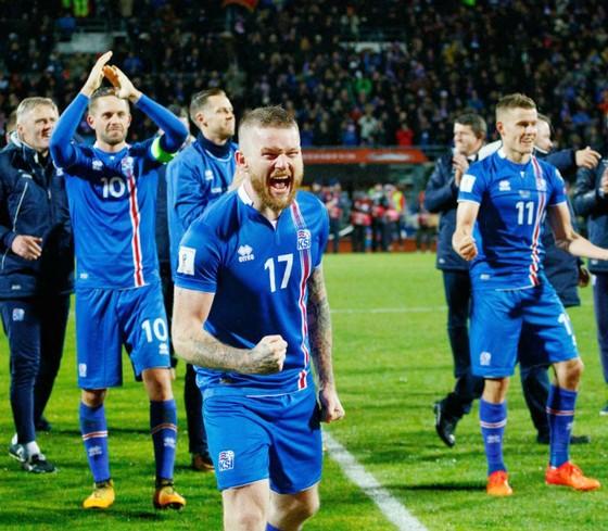 Cầu thủ Iceland mừng chiến tích lịch sử. Ảnh: EPA
