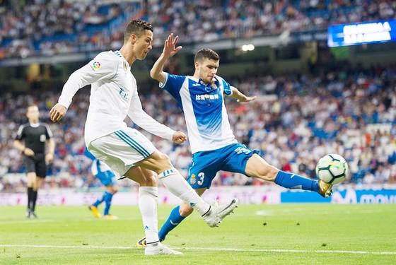 Ronaldo (trắng) cần phải sớm tìm lại cảm giác ghi bàn tại La Liga. Ảnh: Getty Images