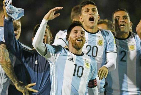 Lionel Messi và đồng đội tuyển Argentina mừng chiến thắng. Ảnh: Getty Images