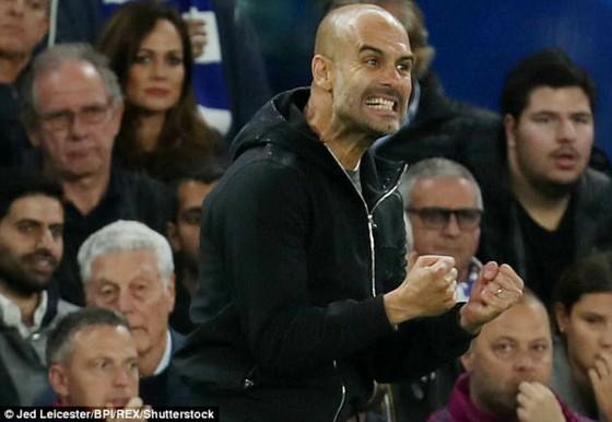 Pep Guardiola phấn khích ở trận thắng Chelsea. Ảnh: Theo Daily Mail