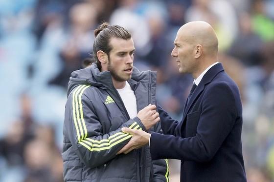 Zidane (phải) để ngỏ khả năng bán Bale. Ảnh: Getty Images