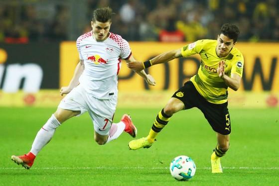 Hàng phòng ngự của Dortmund (phải) đã không thể đứng vững trước sức ép của RB Leipzig. Ảnh: Getty Images