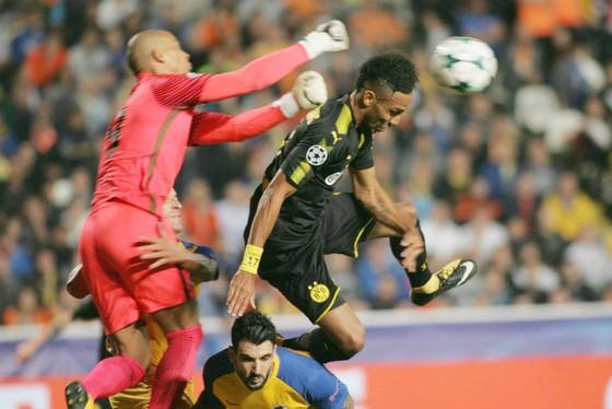 Dortmund (phải) đã bỏ lỡ một số cơ hội trước khung thành của APOEL Nicosia . Ảnh: Getty Images
