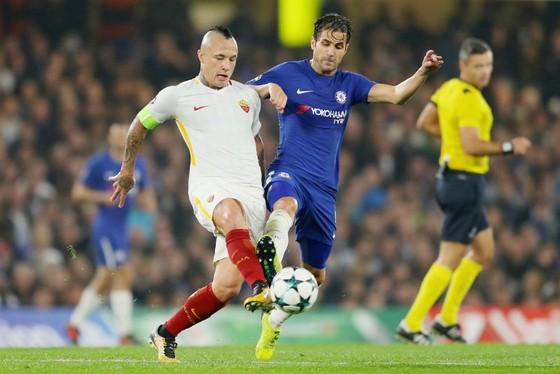 Radja Nainggolan (trái, AS Roma) tranh bóng với  Cesc Fabregas (Chelsea). Ảnh: Getty Images