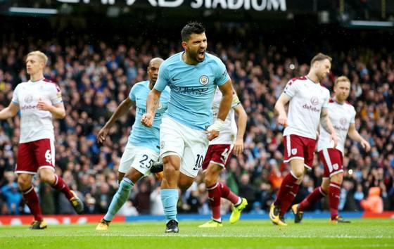 Sergio Aguero mừng bàn thắng giúp anh đi vào lịch sử Man.City. Ảnh: Getty Images